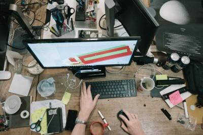 Vogelperspektive von einem chaotischen Schreibtisch
