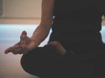 Nahaufnahme einer Person im Lotussitz beim Yoga
