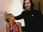 Wie viele Ringe trägt Marilyn Manson an seiner linken Hand im Tainted Love Video?