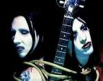 Wie viele Piercings hatte Marilyn Manson?