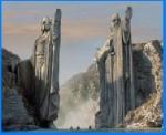 Als die Gefährten von Lothlorien auf dem Anduin weiterziehen kommen sie an den Statuen alter Könige vorbei. Das sind die