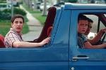 Welche Farbe hat das Auto, mit dem die Jungs zum Strandhaus fahren?