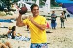 Mit wem spielt Oz am Strand Volleyball?