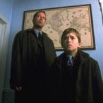 Wieviele hängende Leichen sieht Cole, als er mit Dr. Malcolm Crowe durch den Schulgang geht?