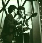 Stimmt es, dass George vor Paul mit John befreundet war?