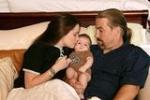 Wo lernte Holly ihren jetzigen Ehemann und den Vater ihres Kindes kennen?