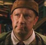 """Bei wem sucht Arthur Weasley in """"Harry Potter und die Kammer des Schreckens"""" nach verzauberten Muggelartefakten?"""