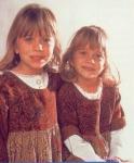 Auf diesem Bild steht Mary-Kate rechts und Ashley links.