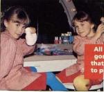 Auf diesem Bild ist Mary-Kate links und Ashley rechts.