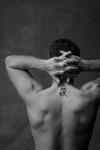 Was bedeuten die chinesischen Zeichen, die Eros' Nacken zieren?