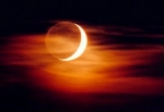 Bei einer Mondfinsternis steht der Mond zwischen Erde und Sonne.