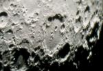 Die Krater auf der Mondoberfläche entstanden durch vulkanische Aktivitäten in früherer Zeit.