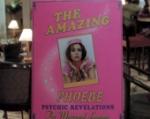 Warum betätigt sich Phoebe als Hellseherin in einem Hotel?