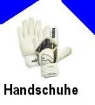 Der Trainer drückt mir Torwarthandschuhe in die Hand...