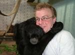 Wie heisst der Pfleger, der im Affenhaus tätig ist?