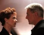 Was zieht sich Jenny aus, als sie mit Gibbs in ihrem Büro isst?