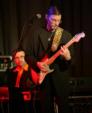"""Thomas """"Foxy Tom"""" Langguth spielt Bluesharp und E-Gitarre."""