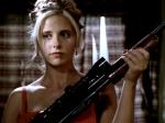 Welche Farben haben die Kleider von Buffy und Cordy bei der Wahl zur Herbstkönigin?