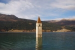 Auf dem Weg von Deutschland zum Stilfser Joch überquert man einen Alpenpass mit einem See, aus dem ein Kirchturm ragt. Wie heißt der Pass?