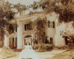 Wie hieß das Anwesen auf dem Scarlett aufwuchs?