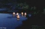 Was antwortet Kate, nachdem Jodi sie gefragt hat, für wen sie die Laterne in den Fluss setzt?