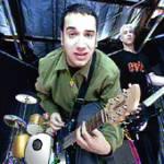 "Er spielt in der Band ""Bloodhound Gang"" den Drummer."