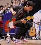 Wie viele Gitarren besitzt er?