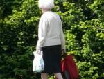 Hast du schon mal einer älteren Person auf der Straße geholfen, der die Einkaufstüten runter gefallen sind?