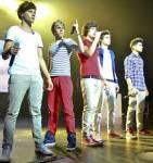 Wer trägt gerne gestreifte Hemden und rote Hosen?