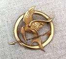 Woher hat Katniss ihre Brosche?