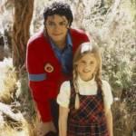 Michael ging gerade unbemerkt nach hause vom einkaufen. Er hatte sich verkleidet. Da sah er ein kleines Mädchen. Sie saß ganz alleine im Schnee und