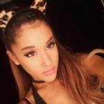 Mit wem wurde Ariana beim Donut 'lecken' Video gefilmt?