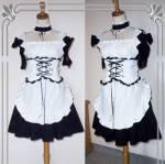 Das Bild zeigt die Maid-Uniform die wir tragen müssen. Unsere Chefin heißt Hana. Hana ist eine optimistische, fröhliche Person, die sich auch sehr