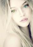 Name: Melody Gryffendore Aussehen: Blonde lange Haare, ein goldenes Auge ein blaues Auge, klein Zierlich Jahrgang: Harry Haus: Gryffendore Familie: El