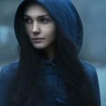Name: Sascha Catherine Withe Alter: 17 Aussehen: schwarz rote lange haare die sie zu zwei Zöpfen gebunden hat, grün-gelbe Augen, helle haut, 1,69 m