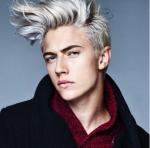Name: Darius Alter: 17 bald 18 Geschlecht: m Aussehen: platinweiße Haare, kalte blaue Augen, groß, hat Muskeln sieht man aber nicht wirklich, Charak