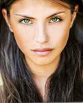 Name: Dayana Ennis Alter: 17 Geschlecht: weiblich Aussehen: dunkle lange Haare, hellgrüne Augen ( sieht aus wie marie avgeropoulos) Charakter: loyal,