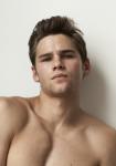 Name: Daniel Liberston Alter: 19 Geschlecht: männlich Aussehen: braune, kurze Haare, braune Augen, weißes Shirt, Sixpack, schwarze Hose, weiße Supe