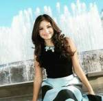 Name: Lea Sevilla Alter:16 Geschlecht: w Elternteil: Karol Sevilla Aussehen: brustlange dunkelbraune Locken, relativ klein, rehbraune Augen (wie ihre