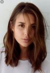 Name: Kaya Kingsly Spitzname: Hat keinen Alter: 17 Geburtsort: London Aussehen: dunkelbraune glatte schulterlange Haare, braune Augen, blass, klei