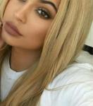 Name: Amberly Athena Kardashian Spitzname: Amber Alter: 16 Geburtsort: LA, California Aussehen: Lange blonde Haare die innen sehr leicht Regenboge