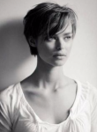 Name: Mikeyla Lace Spitzname:Mika Alter: 18 Geburtsort:Glasgow, Schottland Aussehen:kurze verwuschelte dunkelbraune Haare, olivgrüne Auge
