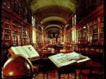 Im Nordflügel befindet sich eine große Bibliothek.
