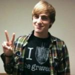 Als ich an ein paar Hügeln vorbeilief, sah ich Kendall mit James reden. Ich wartete ein paar Minuten bis James sich zurückgezogen hatte. Dann traute
