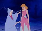 Die Gute Fee taucht auf, nachdem Cinderella auf dem Weg zum Ball am Hofe des Prinzen war, ihre Stiefmutter und deren Töchter jedoch ihr Kleid ruinier