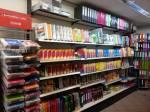 ..oder... da... *zeige auf einen Weiteren Laden* ...Schreibwarengeschäfte...