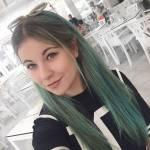Sie hat sich ihre Haare wieder blau gefärbt.
