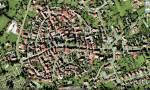 ((maroon)) und nun: die Stadt, sie heißt Nomaberga und ist nicht die größte -Läden -Kiosk -Café -Rathaus -Wohnhäuser -Park -Felder -Bauernhöfe