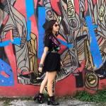 Karol Sevilla bei einem Fotoshooting vor einer Grafitti Wand.