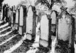 Hier ist der Friedhof, da im Mittelalter öfter Leute umgekommen sind, sind hier ihre Gräber... RIP 1. 2. 3. ...